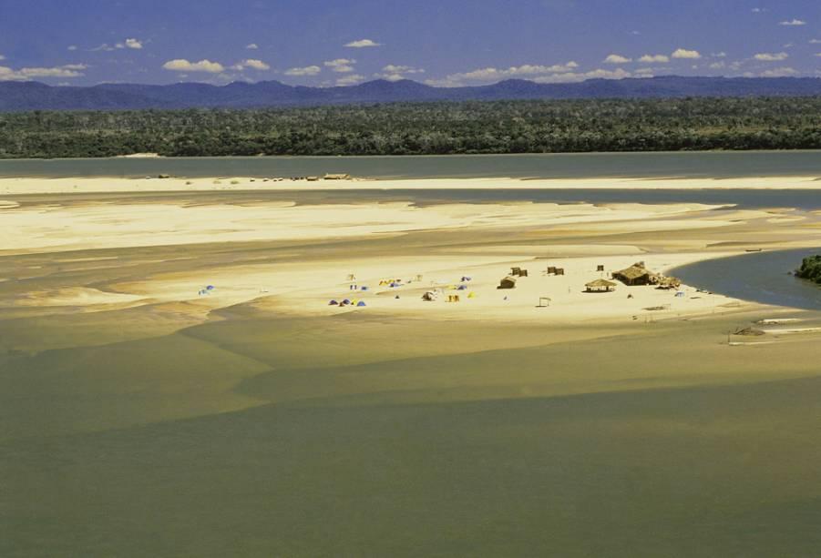 O Rio Araguaia (GO) atrai pescadores de todo o Brasil que buscam as praias de areia branca para fisgar o almoço