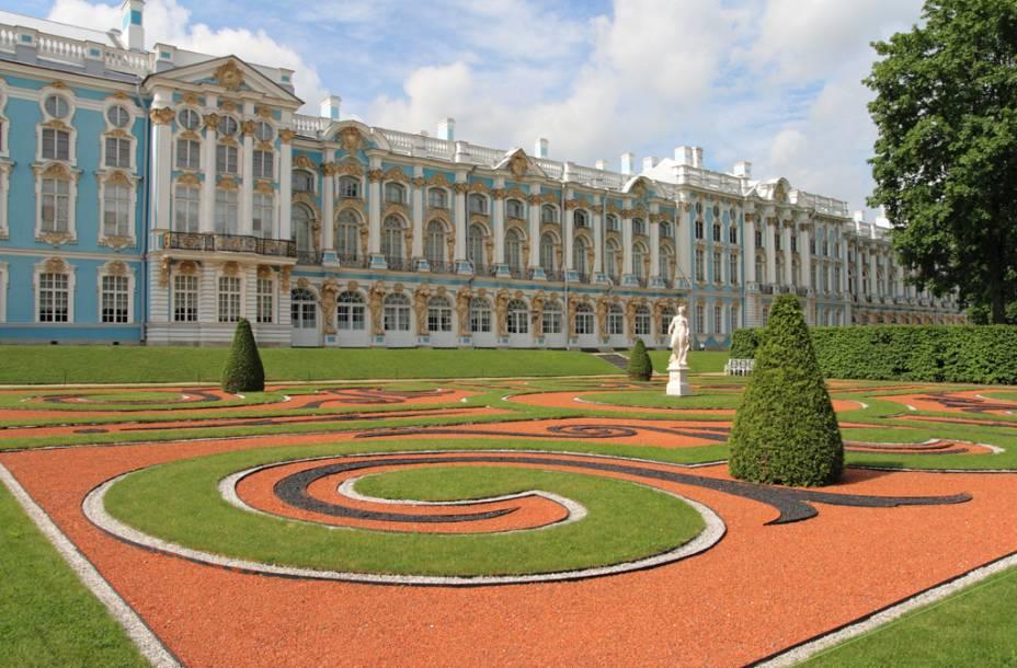 Belos jardins cercam o Palácio de Catarina. Mais de 100 quilos de ouro foram usados na fachada em estilo rococó