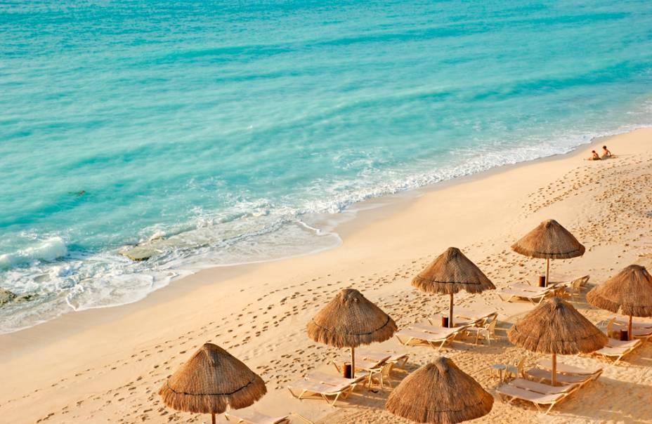 A orla de 20 quilômetros de extensão de Cancún reúne hotéis de todos os padrões