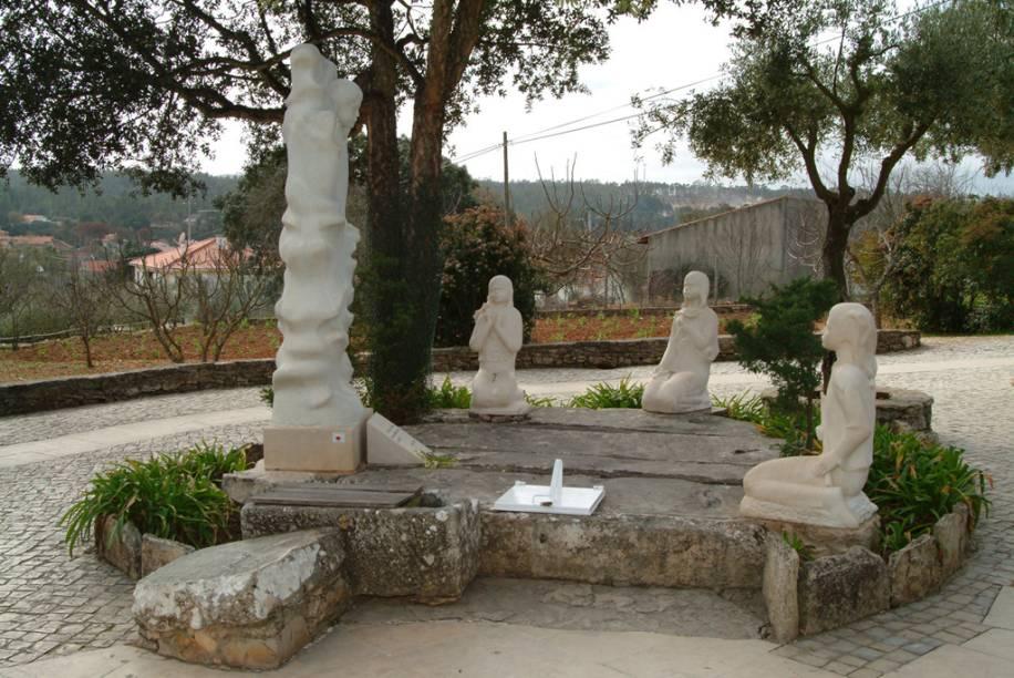 Imagem das crianças e a santa no Santuário de Nossa Senhora de Fátima