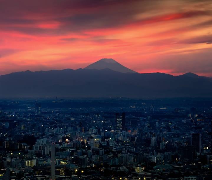 Crepúsculo em Tóquio, com o cume do Monte Fuji ao longe