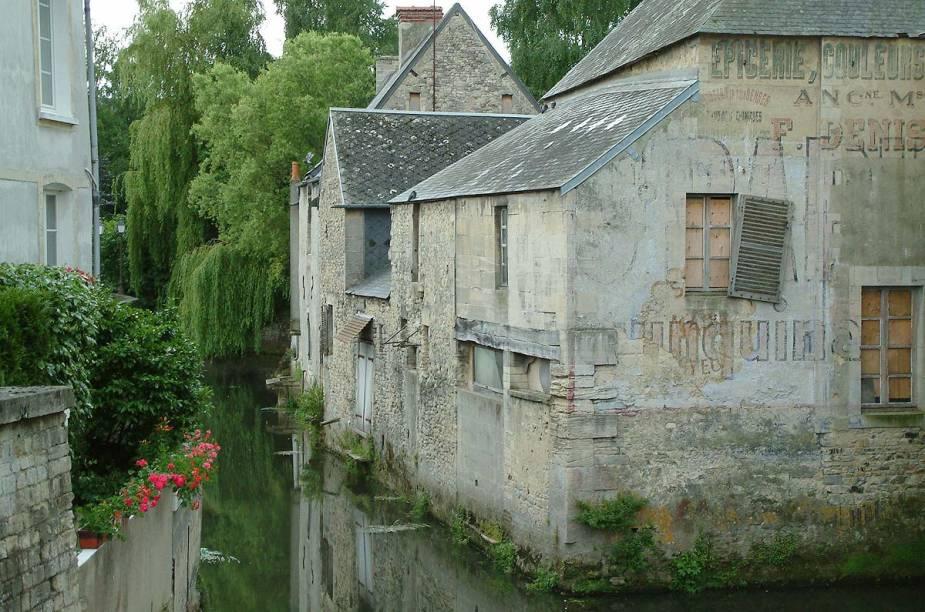 Casinhas típicas de Bayeux, rodeadas por um canal