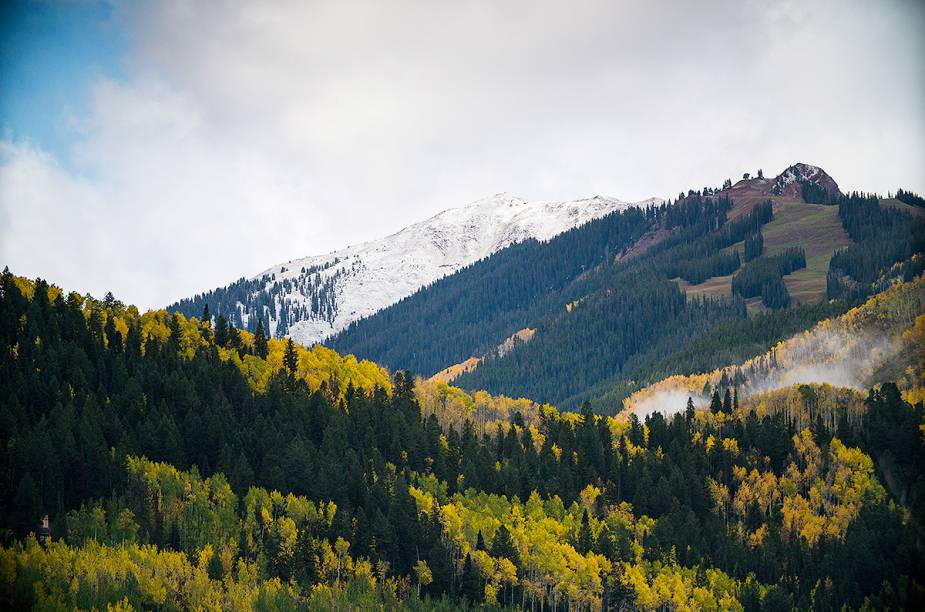 Para chegar até Aspen, o ideal é partir do Aeroporto Internacional de Denver e chegar até aqui de carro, em uma estrada com visão privilegiada das montanhas