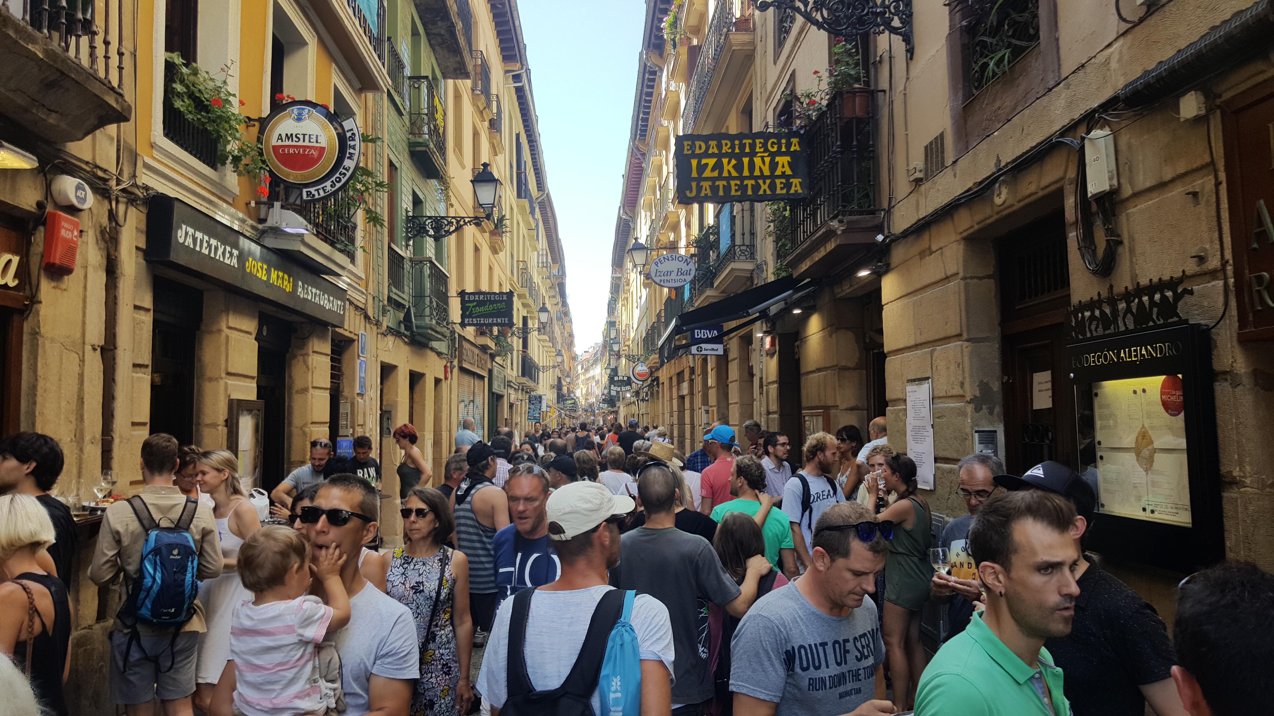 Verão em San Sebastián: o centro antigo, onde se concentram os bares de pintxos, a todo vapor