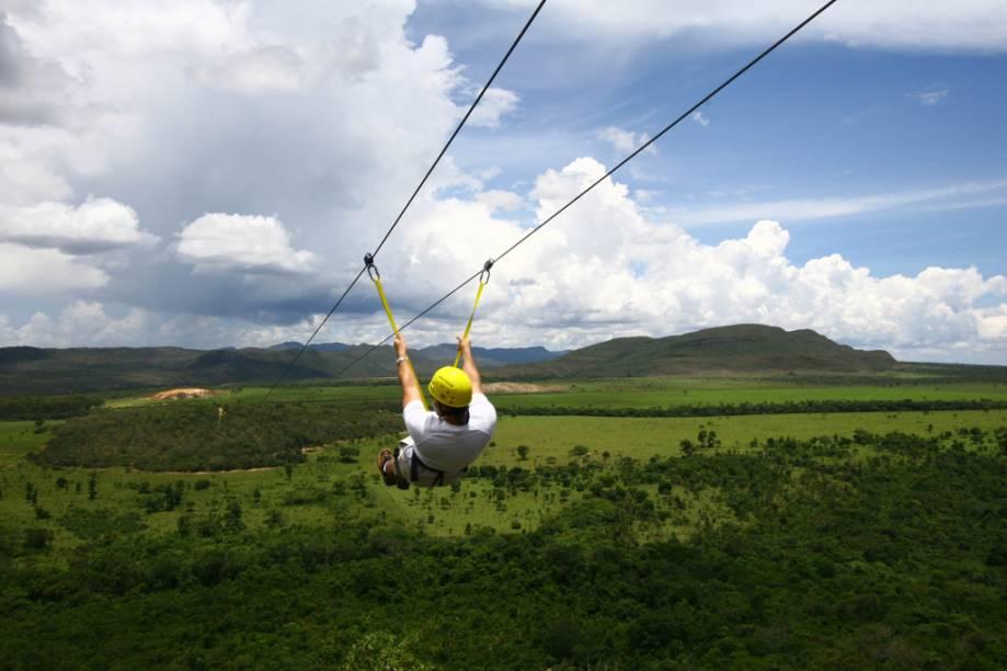 É possível fazer tirolesa na Chapada dos Veadeiros (GO). A descida de 850 m atinge 55 km/h