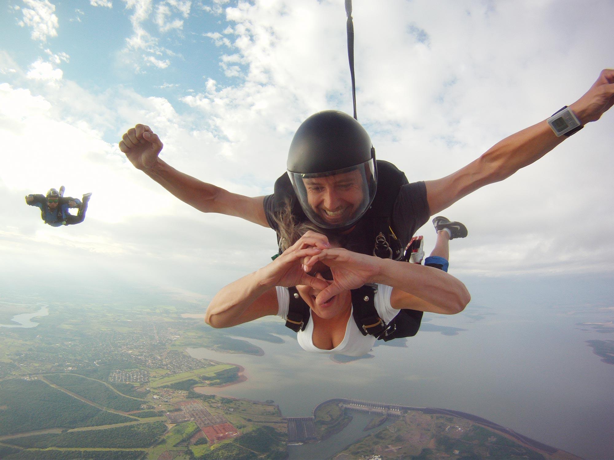 Paraquedistas encontram-se em Foz do Iguaçu (PR)