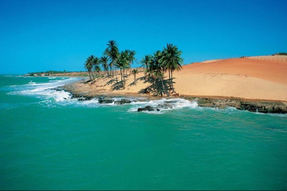 Formada por falésias, dunas e coqueiros, <strong>Lagoinha</strong> é uma das praias mais belas do <strong>Ceará</strong>. Os principais bares, restaurantes e pousadas ficam num centrinho e, apesar de não ser tão preservada quanto era há alguns anos, o lugar é paradisíaco. Tudo isso, sem a muvuca das praias mais centrais