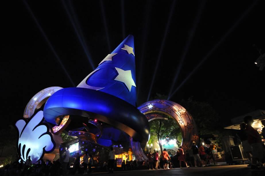 Chapéu do Mickey Mouse iluminado, símbolo do parque temático Disneys Hollywood Studios