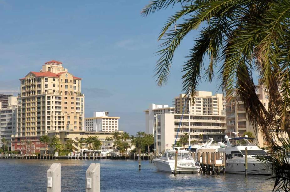 Iates e veleiros lotam suas movimentadas marinas. Por outro lado, clubes e restaurantes frequentados por gente bem de vida dão o tom social do sul da Flórida