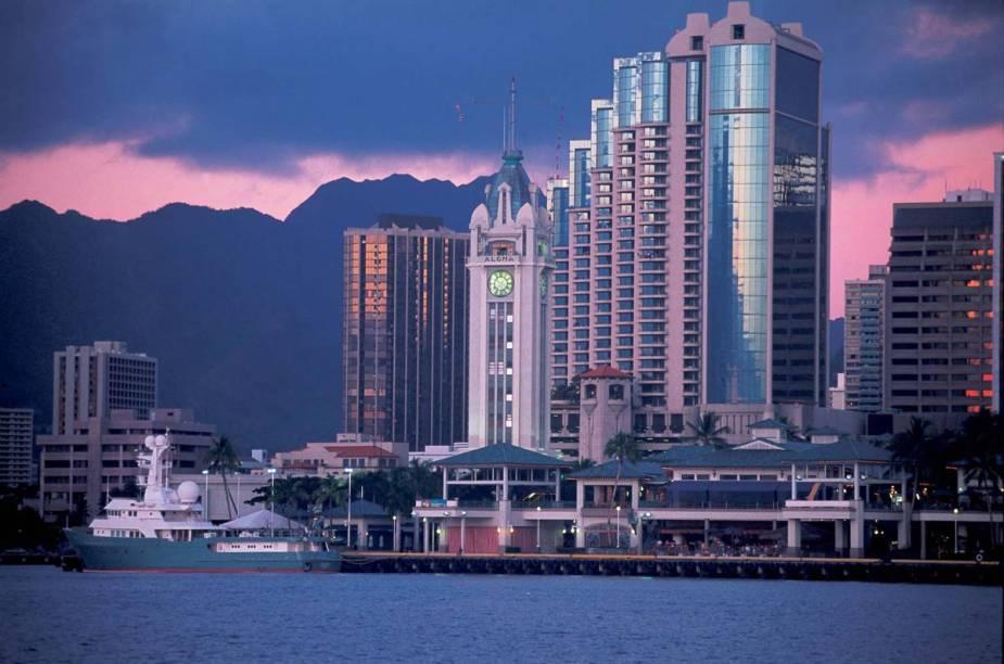 A Aloha Tower Marketplace, localizada no centro de Honolulu, oferece uma visão incrível da cidade - principalmente no pôr do sol