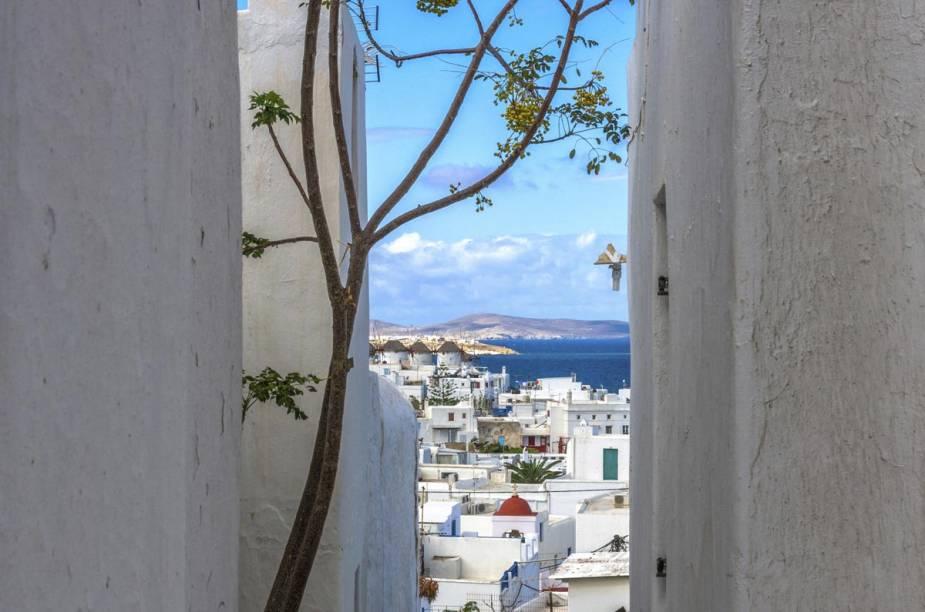 Rua típica de Mykonos, com vista para o mar