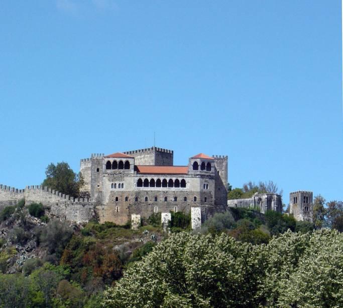 O Castelo de Leiria reúne os antigos paços reais, a Igreja de Nossa Senhora da Penha e a Torre de Menagem. Do alto, se tem uma bela vista da região