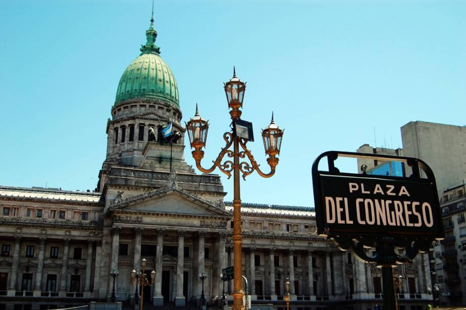 """O imponente prédio do Congresso de La Nación, em <a href=""""http://viajeaqui.abril.com.br/cidades/ar-buenos-aires"""" rel=""""Buenos Aires"""">Buenos Aires</a>, abriga uma biblioteca com mais de um milhão de volumes. A cúpula do Salón Azul é de cristal Baccarat"""
