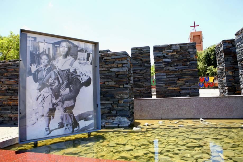 O Museu Hector Pieterson, em Soweto, reúne um vasto acervo de fotos e vídeos da época do apartheid, embalada por uma trilha sonora de arrepiar