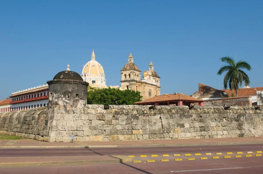 Para proteger Cartagena, uma das cidades mais ricas da colônia, os espanhóis construíram quilômetros de muralhas no século 16. As muralhas cercam o centro histórico
