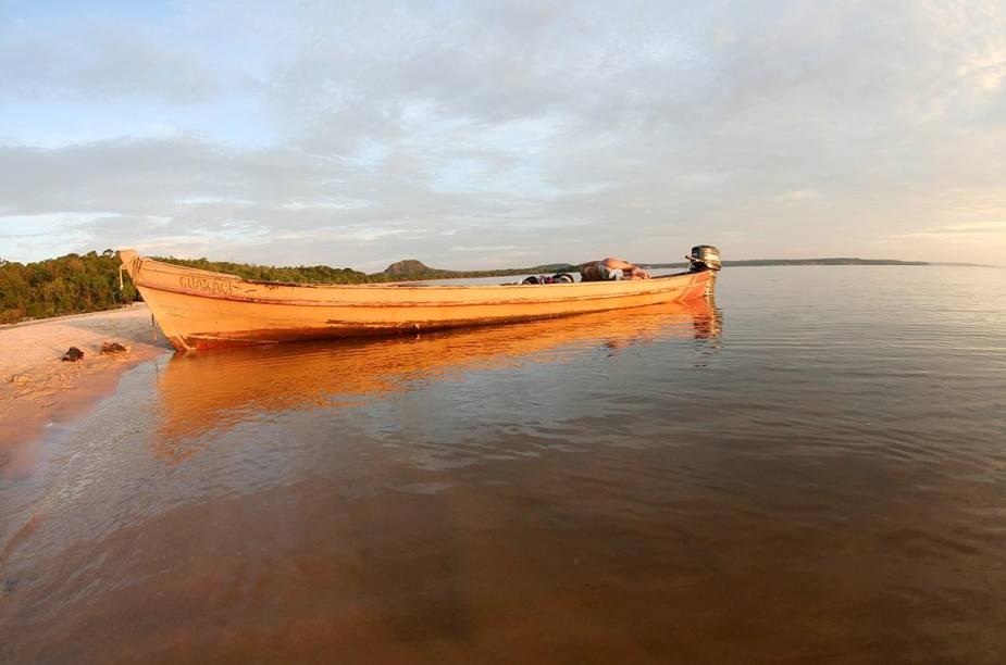 Quando o rio está cheio demais e os bancos de areia ficam submersos, é possível fazer incursões de barco pela Floresta Amazônica