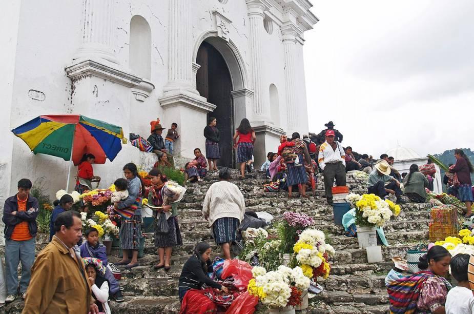 A feira de Chichi ocorre às quintas e aos domingos aos pés da igreja de Santo Tomas - a construção, que data de 1545, ainda mantém a escadaria original de um templo maia que existia no lugar