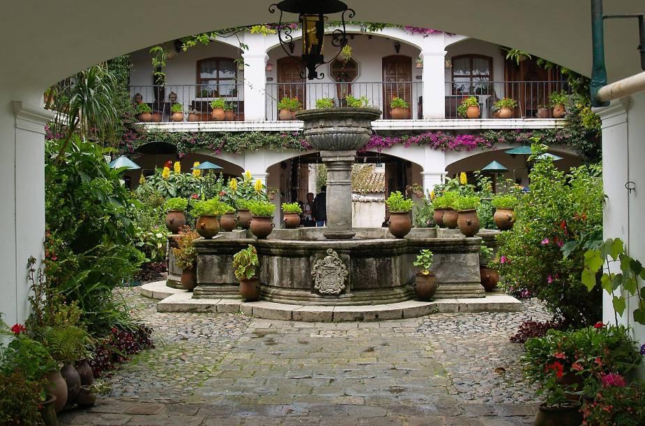 O prédio do hotel Santo Tomas, um dos mais tradicionais da cidade, tem arquitetura espanhola e um pátio cheio de plantas e aves da região - como araras
