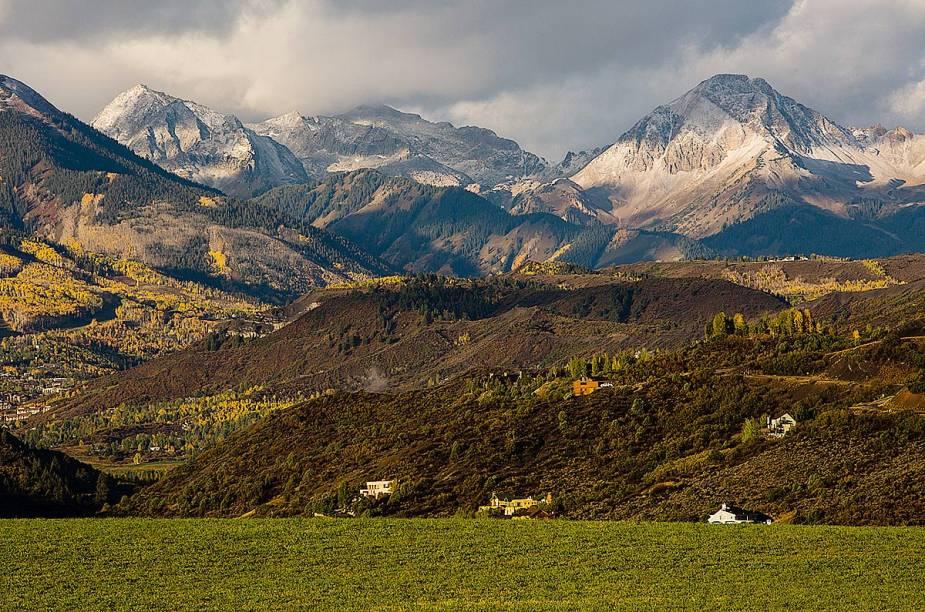 As paisagens de Aspen são convidativas em qualquer época. Para circular por ela, há opções de ônibus e vans de circulação gratuita