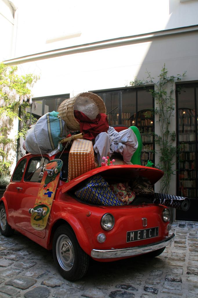 O fofíssimo carro antigo cheio de quinquilharias na frente da loja Merci (Imagem: flickr.com/fabcom)