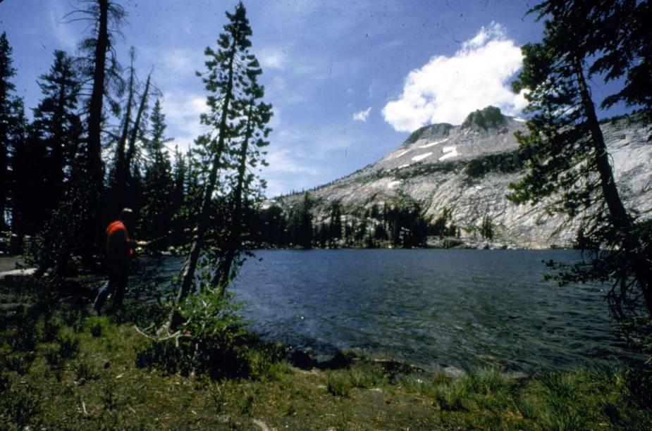 : Lago May no Parque Nacional de Yosemite, Tuolumne, Califórnia, Estados Unidos