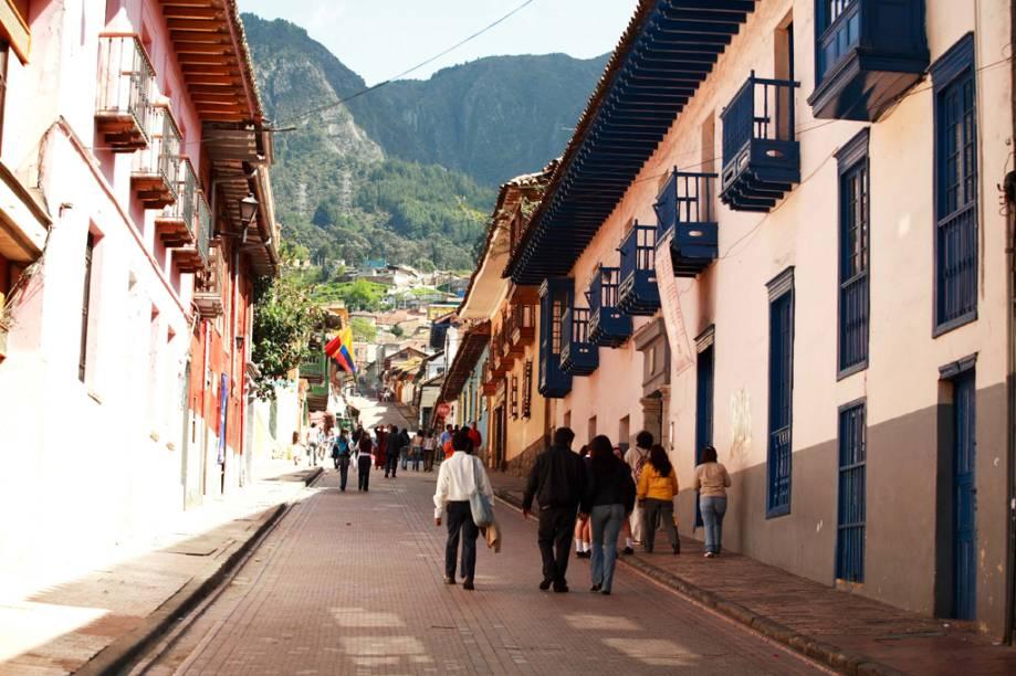 Ladeiras espremidas entre edificações coloniais são a marca do bairro La Candelaria, por onde circulam universitários, boêmios e turistas
