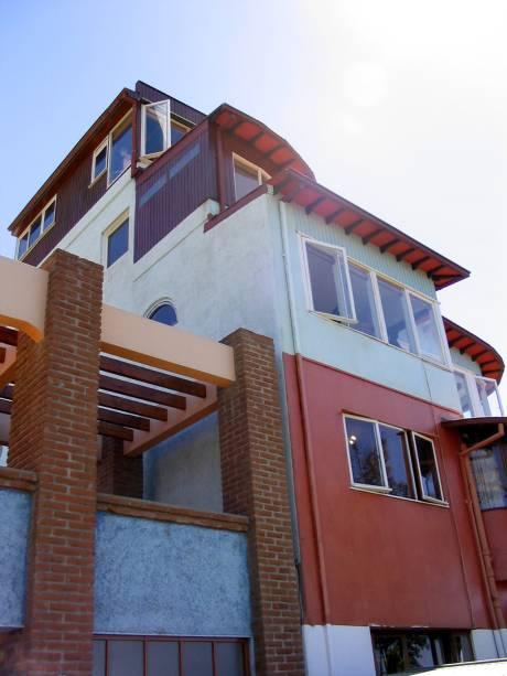 La Sebastiana, uma das casas onde viveu o poeta Pablo Neruda, tem uma fachada tridimensional com cinco andares e amplas janelas com vista para a baía