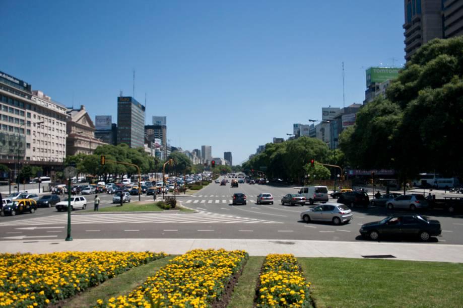 A 9 de Julio é uma das avenidas mais largas do mundo, com 140 metros entre as calçadas. Ela corta uma série de cartões-postais de Buenos Aires