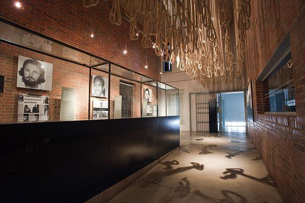 O Museu do Apartheid abriga exposições que tratam do regime segregacionista sul-africano