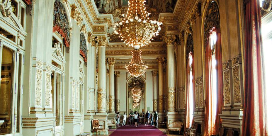 Com mais de 100 anos, o icônico Teatro Colón tem cerca de 2500 cadeiras. Mesmo se o visitante não conseguir visitar o teatro durante uma apresentação, é possível fazer um passeio guiado pelo edifício e conhecer suas histórias. O horário de visitação é das 9h às 17h, com saídas a cada 15 minutos