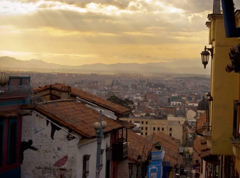 Fim de tarde em La Candelaria, região histórica de Bogotá e um de seus principais pontos turísticos