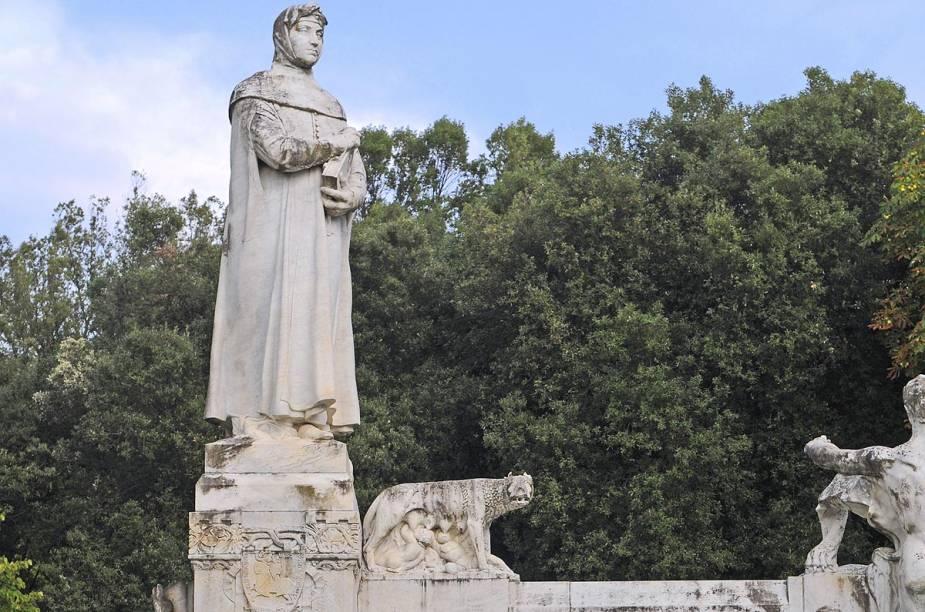 Em Arezzo fica a casa de Francesco Petrarca (1304 - 1374). Ao que tudo indica, Petrarca foi o inventor do soneto. Sua casa, onde hoje funciona um pequeno museu e a Accademia Petrarca (um instituto de pesquisa dedicado ao poeta), só recebe visitas de fãs realmente interessados na história e nos sonetos dele. É preciso agendar com antecedência. Na foto, uma estátua de Petrarca na cidade de Arezzo