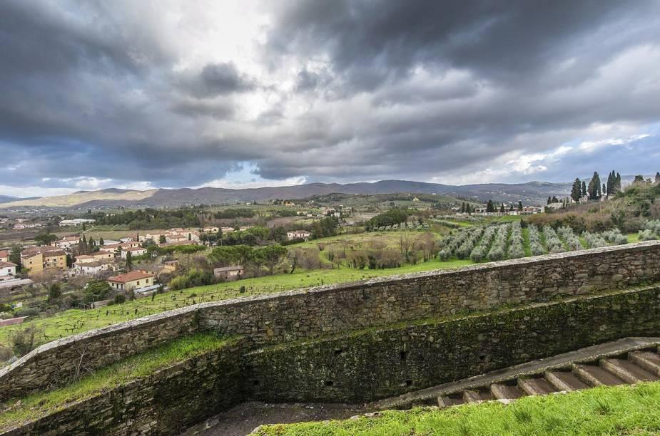 Nos arredores da cidade medieval, estão fazendas da encantadora Toscana