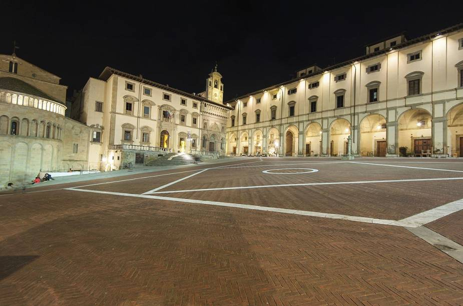Todo primeiro fim de semana de cada mês, ocorre uma feira de antiguidades na Piazza Grande - a praça principal de Arezzo, na Itália