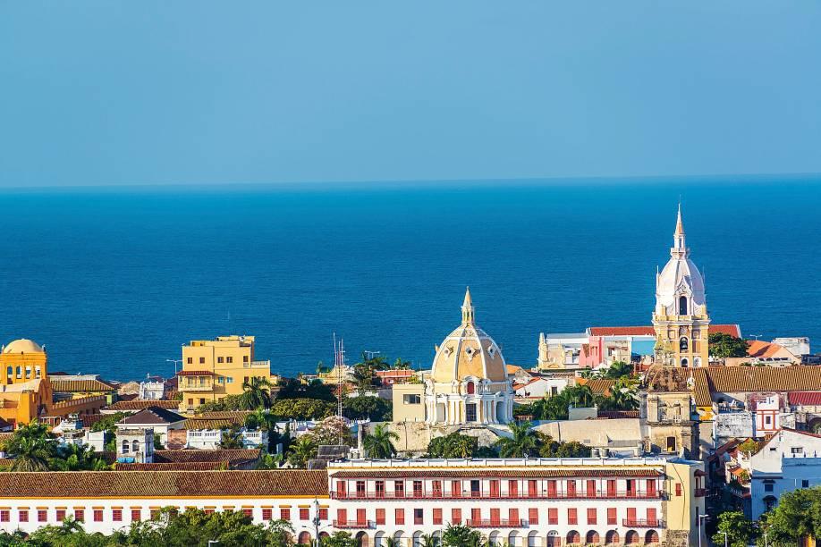 Além de estar cheia de construções históricas lindas e bem conservadas, Cartagena também atrai os visitantes com sua atmosfera litorânea