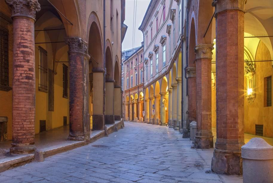 """A cidade de Bolonha, a aproximadamente 80 quilômetros de <a href=""""http://viajeaqui.abril.com.br/cidades/italia-florenca-firenze"""" rel=""""Florença"""" target=""""_blank"""">Florença</a>, também é conhecida como La Rossa (A Vermelha): os prédios medievais de terracota e ornamentados com pórticos que cobrem as calçadas da cidade são sua marca registrada"""