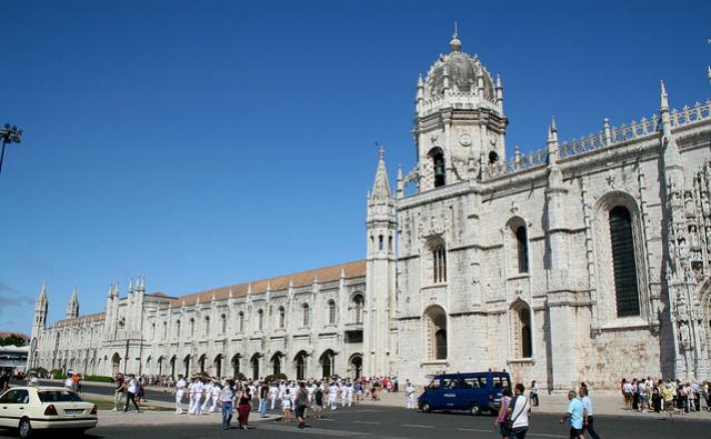 Fachada do mosteiro, às margens do Tejo (foto: CreativeCommons/Véronique Debord-Lazaro)