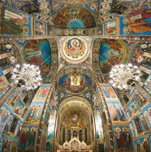 Mosaicos de ícones religiosos forram as paredes e o teto da Igreja de São Salvador sobre o Sangue Derramado