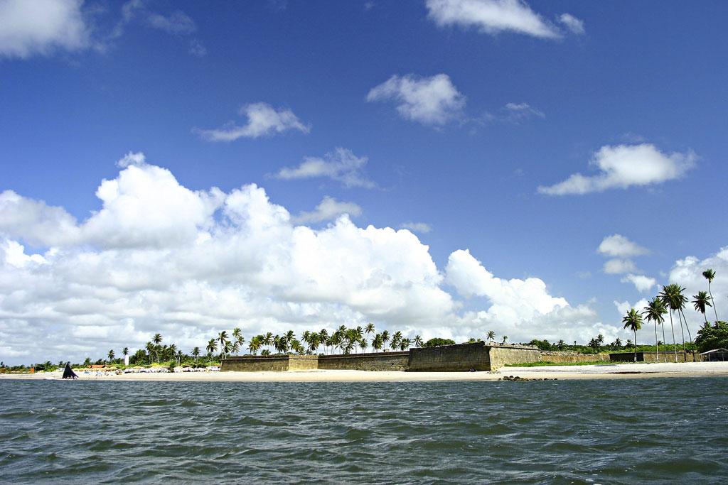 Vista do Forte Orange, de 1654. Do alto da construção é possível ver a ilhota Coroa do Avião