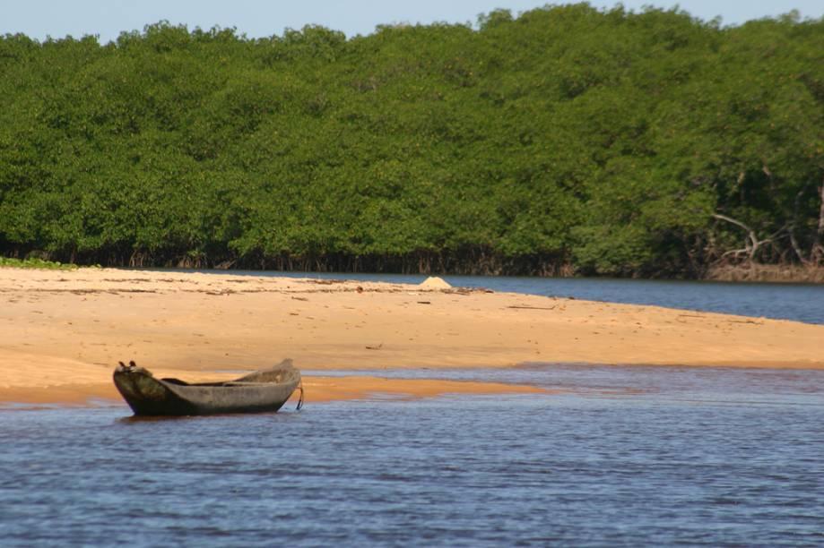 Rio Caraíva. Em um dos passeios oferecidos na região, o turista senta em uma boia e deixa ser levado pela correnteza até o encontro do rio com o mar