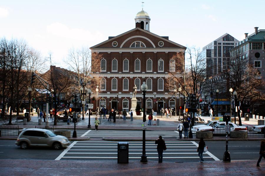 """Vista do <a href=""""http://viajeaqui.abril.com.br/estabelecimentos/estados-unidos-boston-atracao-faneuil-hall"""" rel=""""Faneuil Hall"""" target=""""_blank"""">Faneuil Hall</a>, uma das atrações mais famosas da cidade. Em seu entorno, há lojinhas de marcas famosas como a Victorias Secret e a Urban Outfitters"""