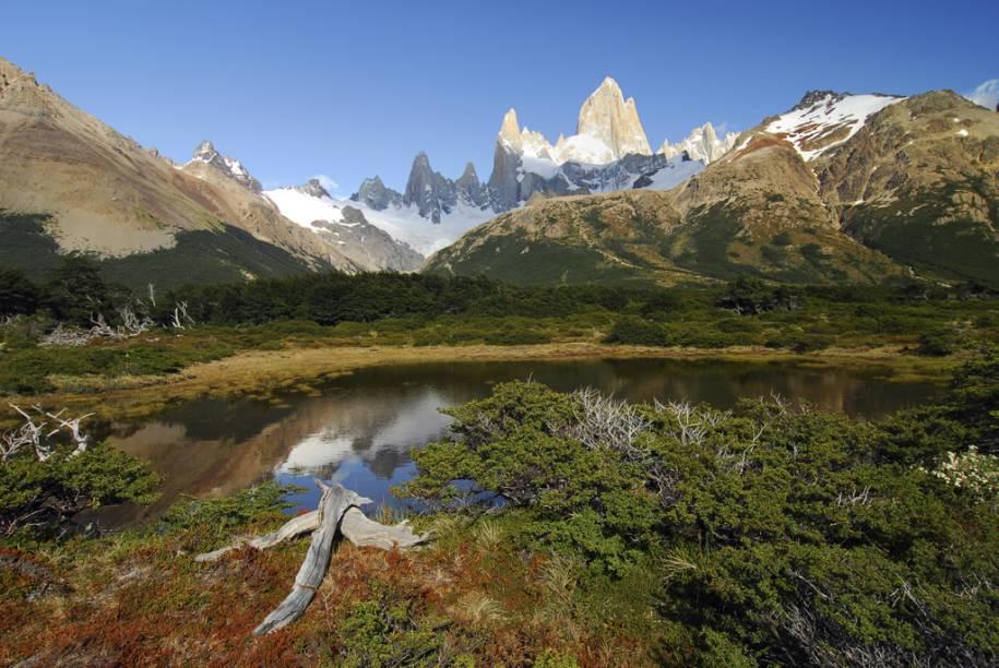 Diversas trilhas levam até o Monte Fitz Roy, um gigante de 3.405 metros de altura, cuja ponta parece espetar o céu