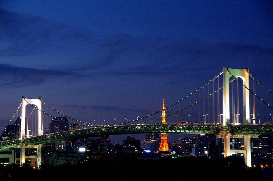 Ponte Rainbow Bridge, com a Tokyo Tower ao fundo