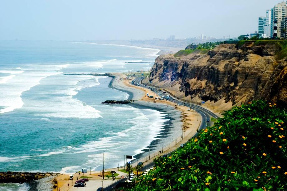 """<a href=""""http://viajeaqui.abril.com.br/estabelecimentos/peru-lima-atracao-miraflores"""" rel=""""Miraflores"""" target=""""_blank"""">Miraflores</a>, o bairro mais badalado de <a href=""""http://viajeaqui.abril.com.br/cidades/peru-lima"""" rel=""""Lima"""" target=""""_blank"""">Lima</a>, no <a href=""""http://viajeaqui.abril.com.br/paises/peru"""" rel=""""Peru"""" target=""""_blank"""">Peru</a>, é ponto de encontro de turistas e locais nos finais de semana– um jeito de explorar a região é alugar bicicletas e passear pela ciclovia, que abrange toda a orla florida"""