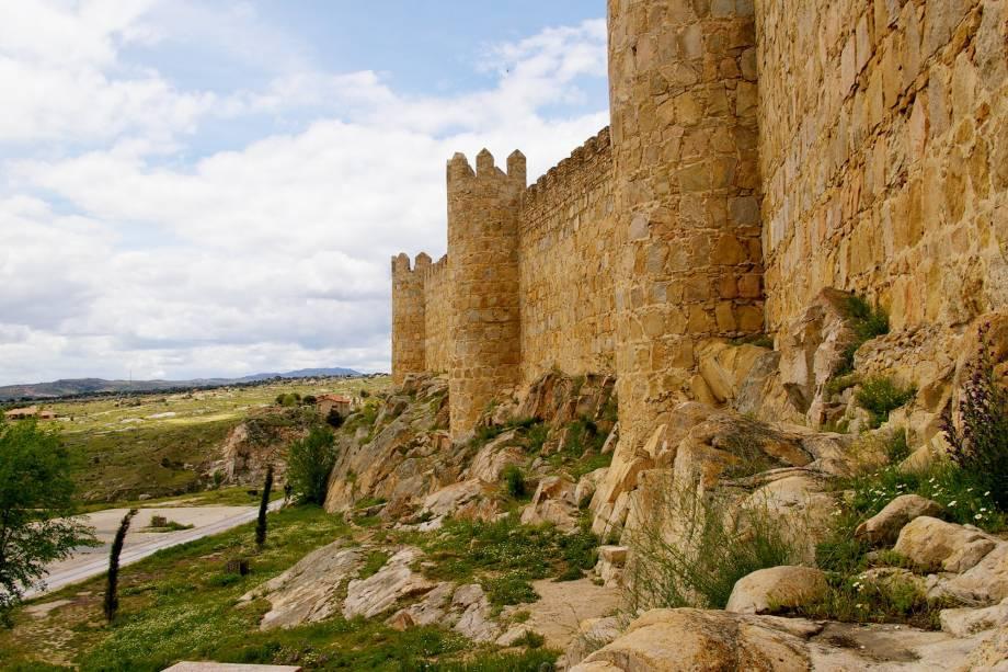 Aos pés da muralha que circula a cidade