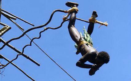 Maluco da Melanésia no bungee das antigas (foto: Chicca Cappuccino/flickr)