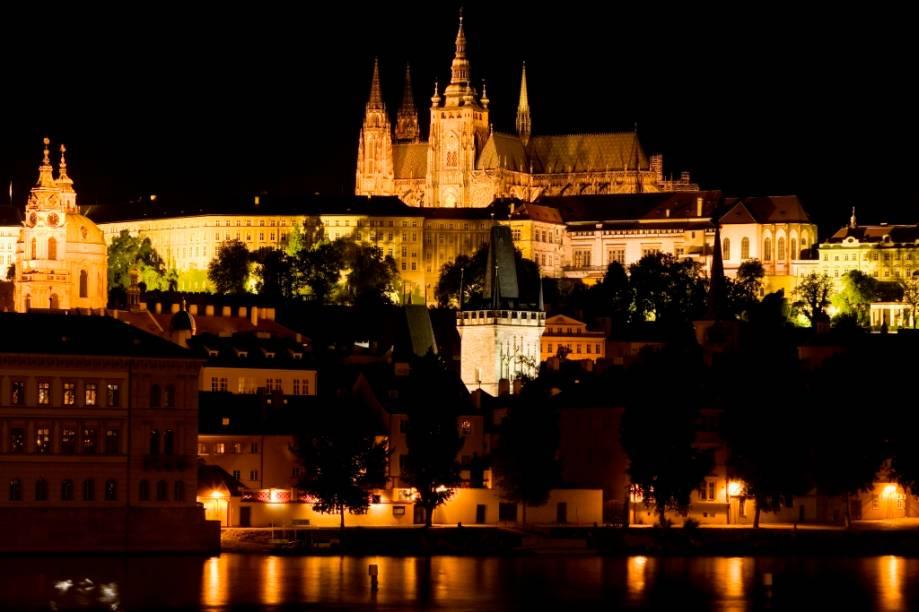 Catedral de São Vito dominando o Castelo de Praga sobre o rio Vltava