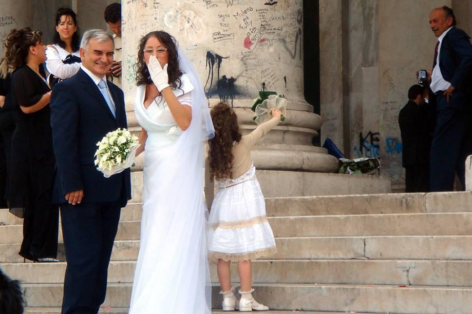 Em um passeio pela Itália, você vai perceber que é bem fácil presenciar um casamento: como as igrejas normalmente são as atrações turísticas, deparar-se com uma festa e ganhar um beijo da noiva pode ser comum. O casamento da foto foi realizado na igreja San Francesco di Paola