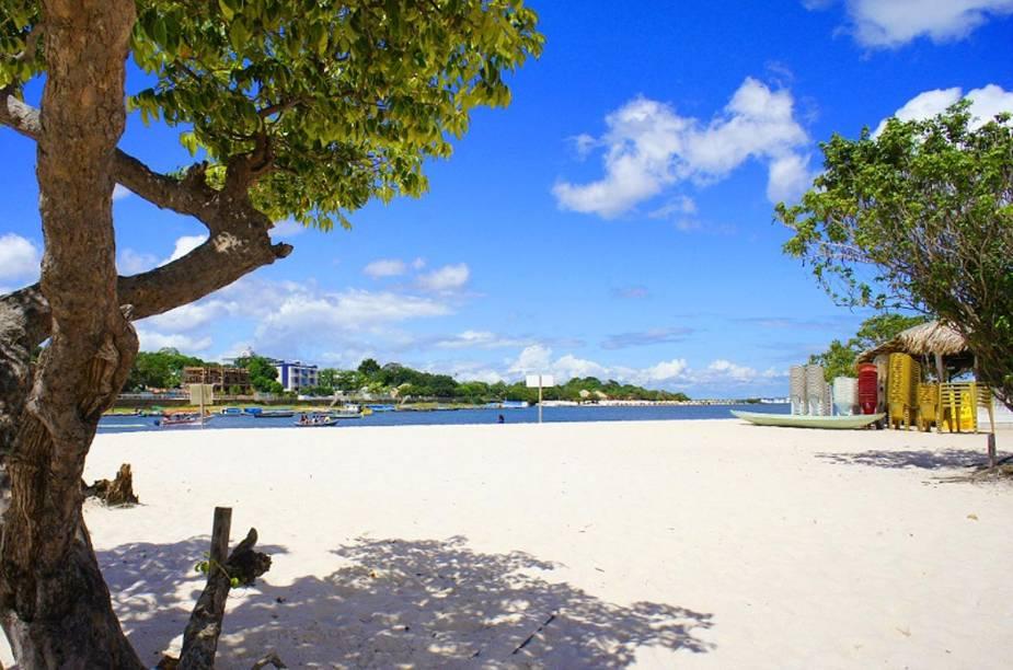 As praias de areia branquinha se formam durante a vazante do Rio Tapajós, que ocorre entre os meses de agosto e janeiro