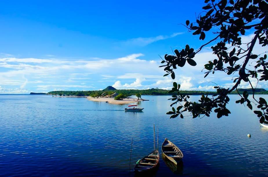 A Ilha do Amor, com acesso por canoa (ou mesmo a pé) a partir da orla central, é a que faz a fama de Alter do Chão